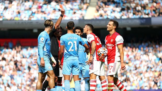 MANCHESTER, ENGLAND - AUGUST 28: Referee Martin Atkinson awards Granit Xhaka of Arsenal a red card during the Premier League match between Manchester City and Arsenal at Etihad Stadium on August 28, 2021 in Manchester, England. (Photo by Catherine Ivill/Getty Images)
