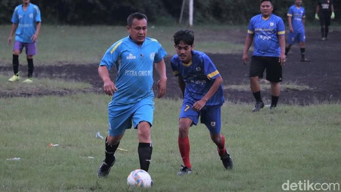 Sepakbola antar kampung ramai digandrungi warga Bandung di masa pandemi. Tak cuma jadi sarana olahraga, sepakbola tarkam juga jadi hiburan bagi masyarakat.