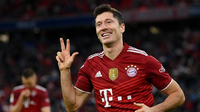 MUNICH, GERMANY - AUGUST 28: Robert Lewandowski of FC Bayern Muenchen celebrates after scoring their sides fifth goal  for their hat trick during the Bundesliga match between FC Bayern München and Hertha BSC at Allianz Arena on August 28, 2021 in Munich, Germany. (Photo by Matthias Hangst/Getty Images)