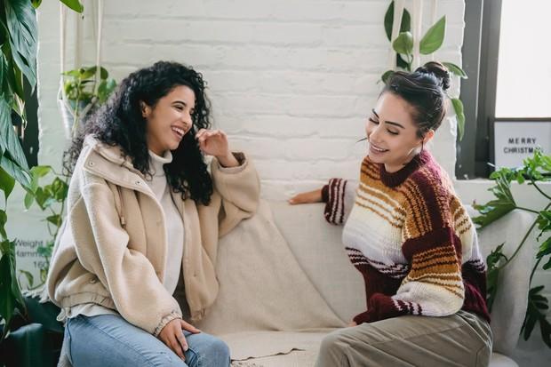 Sahabat yang cocok berdasarkan zodiak (foto: pexels.com/julia larson)
