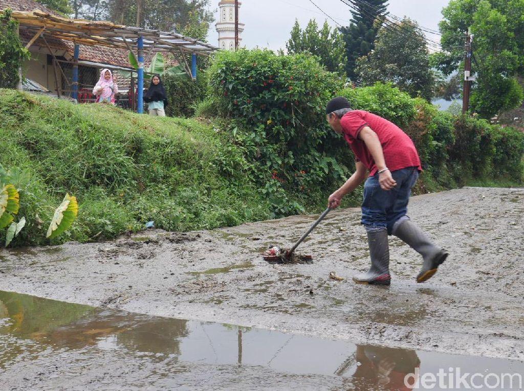 Pemerintah Diminta Cari Solusi-Penyebab Banjir Kotoran Sapi di Lembang