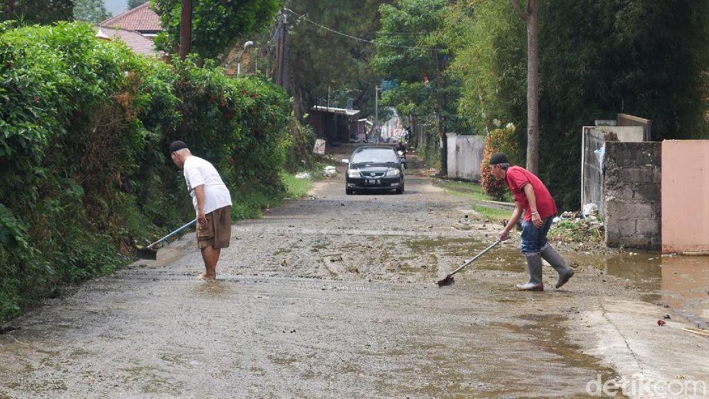 Terdampak Banjir Kotoran Sapi, Warga Lembang Bersih-bersih Rumah
