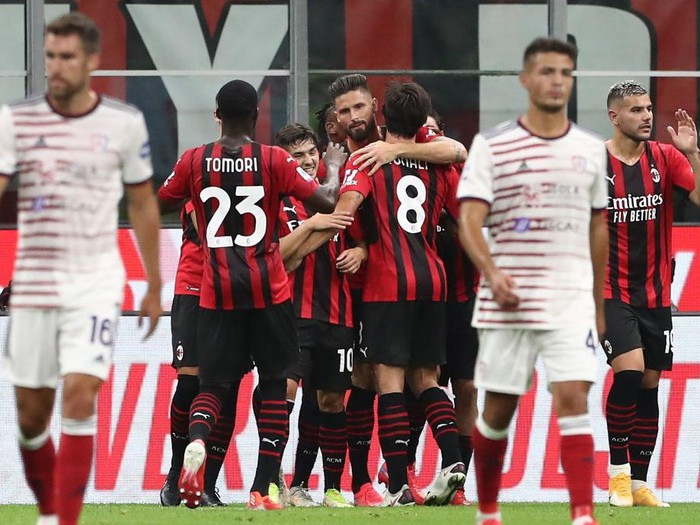 MILAN, ITALY - AUGUST 29: Olivier Giroud (C) of AC Milan celebrates his goal with his team-mates during the Serie A match between AC Milan and Cagliari Calcio at Stadio Giuseppe Meazza on August 29, 2021 in Milan, . (Photo by Marco Luzzani/Getty Images)