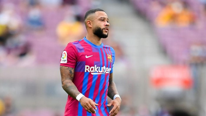 BARCELONA, SPAIN - AUGUST 29: Memphis Depay of FC Barcelona looks on during the La Liga Santader match between FC Barcelona and Getafe CF at Camp Nou on August 29, 2021 in Barcelona, Spain. (Photo by David Ramos/Getty Images)