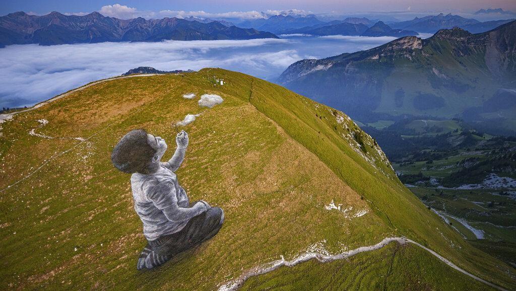 Ada Karya Seni Raksasa di Puncak Pegunungan Alpen