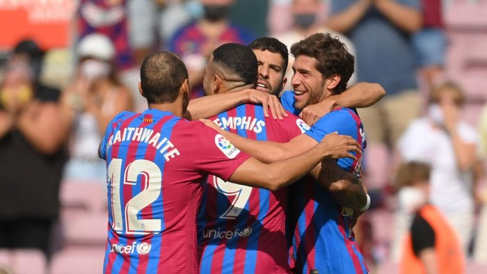BARCELONA, SPAIN - AUGUST 29: Sergi Roberto of FC Barcelona celebrates after scoring their sides first goal with team mates Martin Braithwaite and Memphis Depay during the La Liga Santander match between FC Barcelona and Getafe CF at Camp Nou on August 29, 2021 in Barcelona, Spain. (Photo by David Ramos/Getty Images)