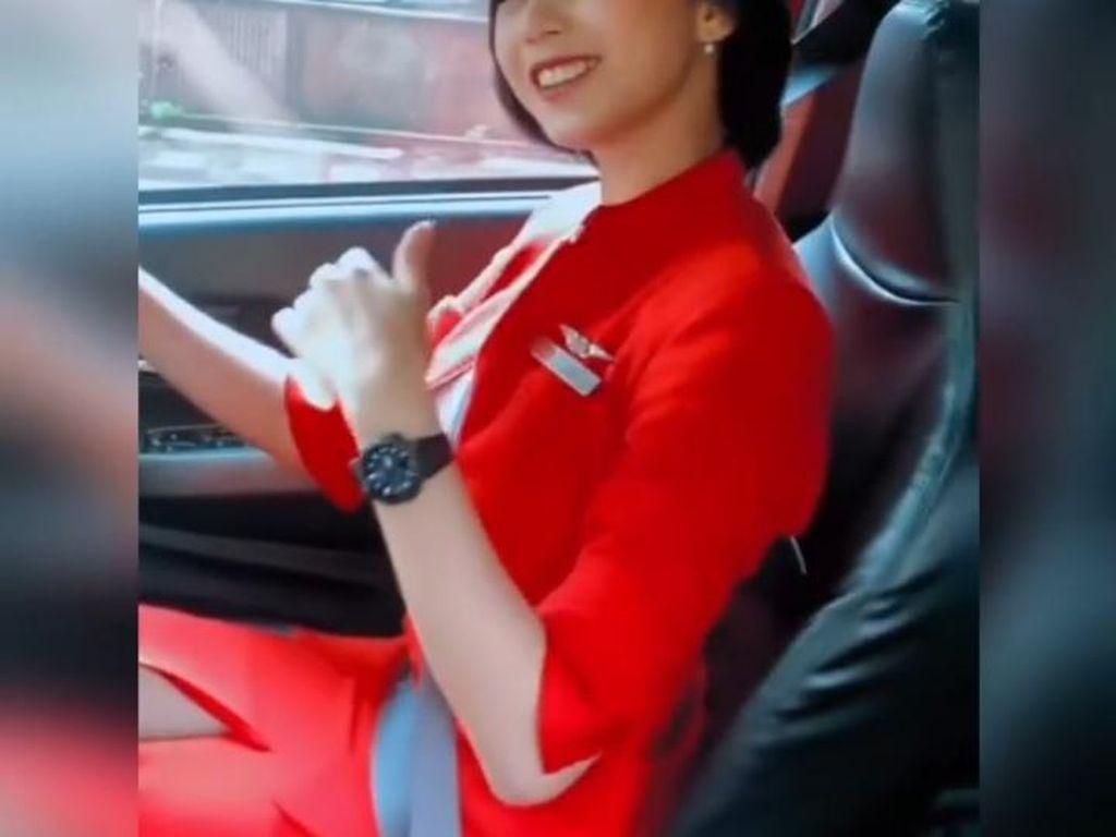 Mau Naik Taksi Online AirAsia? Pengemudinya Pilot-Awak Kabin Lho