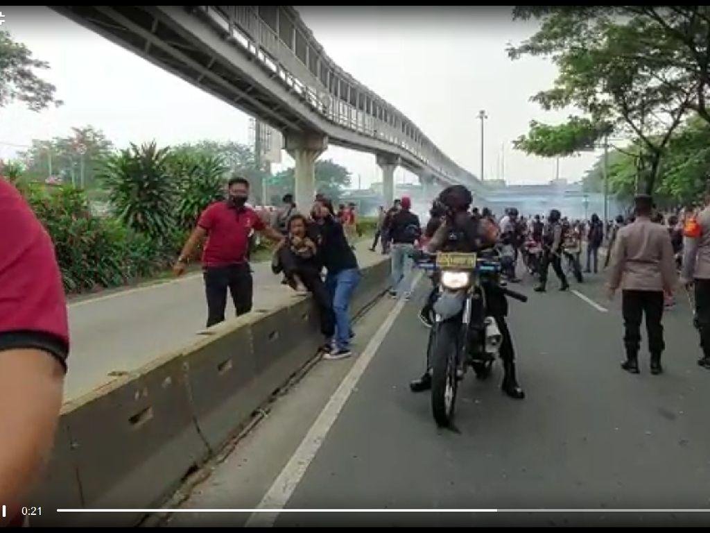 Demo Pendukung HRS di Cempaka Putih Ricuh, Sejumlah Orang Diamankan Polisi