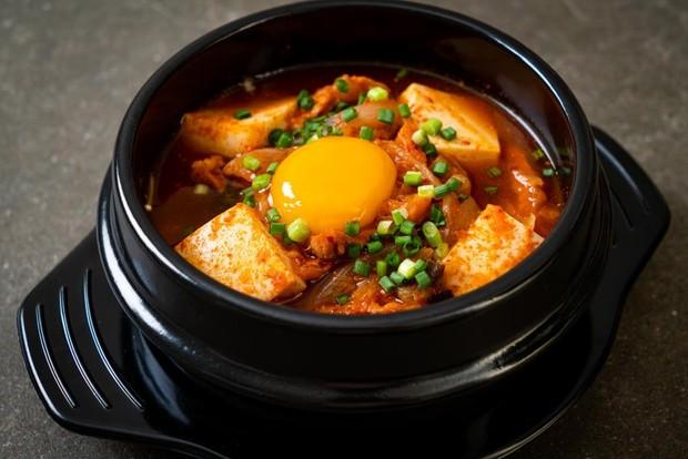 Doenjang Jjigae atau bisa juga disebut sebagai sup pasta kedelai juga menjadi salah satu makanan Korea yang menyehatkan.