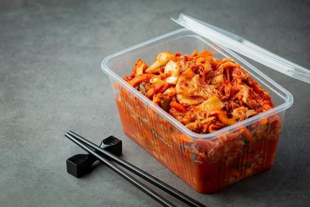 Siapa yang tidak tahu makanan satu ini. Kimchi sudah menjadi kuliner khas Korea yang wajib untuk kalian coba.