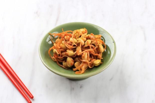 Kongnamul Muchim, merupakan salah satu side dish yang sering disediakan ketika kamu menyantap makanan Korea.