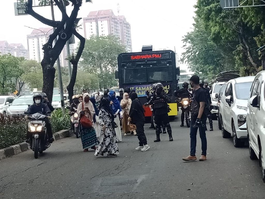 Momen Kericuhan Demo Pendukung Rizieq, Sejumlah Massa Diamankan!