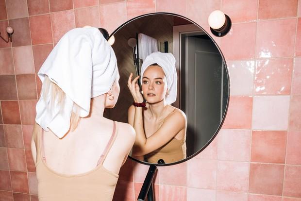 Membersihkan wajah dan menggunakan pelembab / foto : pexels.com/KoolShooters