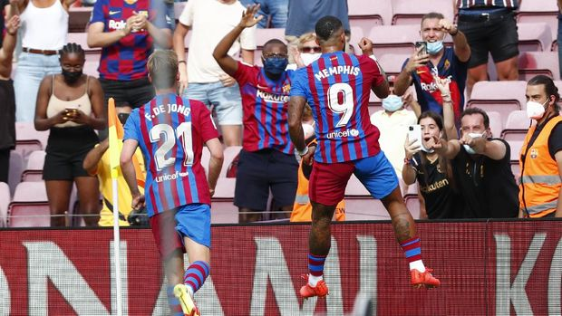 Barcelona's Memphis Depay celebrates after scoring his side' second goal during the Spanish La Liga soccer match between Barcelona and Getafe, at the Camp Nou stadium in Barcelona, Spain, Sunday, Aug. 29, 2021. (AP Photo/Joan Monfort)