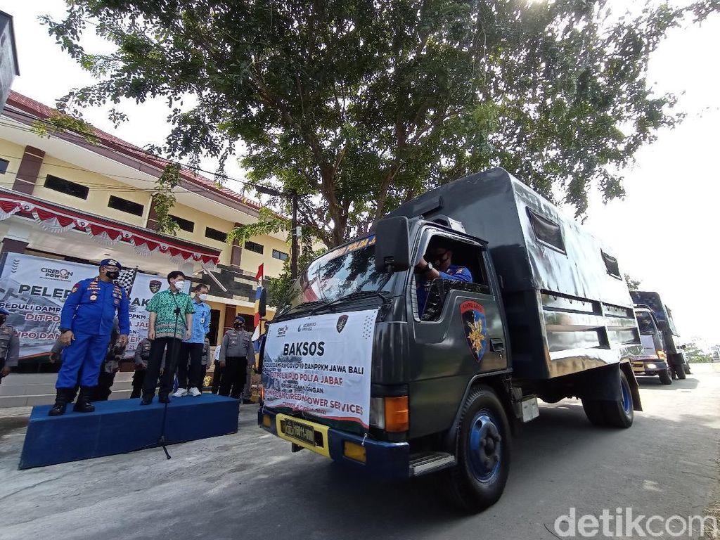 Polda Jabar Salurkan Bantuan Sembako ke Warga Pesisir Cirebon yang Isoman