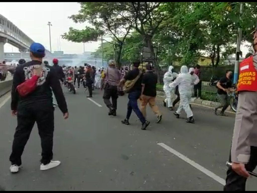 Polisi Sebut 3 Anggota Terluka Saat Amankan Demo Pendukung HRS