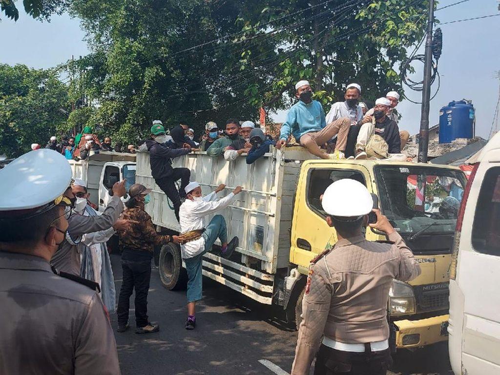 Hendak Demo, Massa Pendukung HRS Naik Truk di Cempaka Putih Disetop Polisi