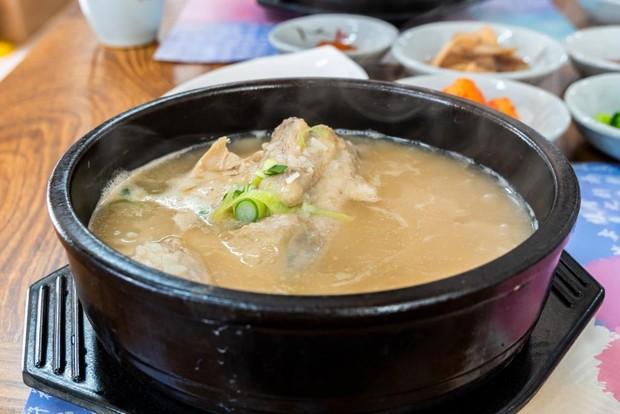 Sup ayam dengan ginseng ini memang khas banget deh di kuliner Korea.
