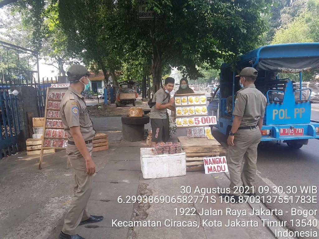 Pagi-Malam, Satpol PP Patroli Tertibkan PKL Trotoar Pasar Kramat Jati