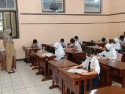 7 Potret Siswa di SMPN 1 Kudus Sekolah Lagi, Belajar Serius hingga Vaksin