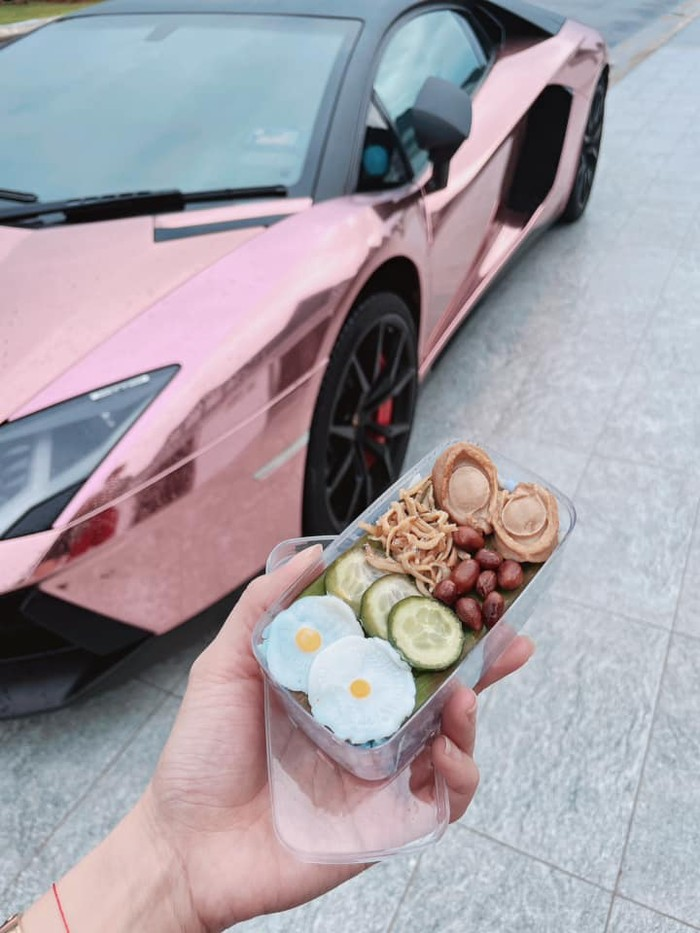 Selebgram Gabut Jualan Nasi Lemak Mahal, Netizen: Diantar Pakai Lamborghini?
