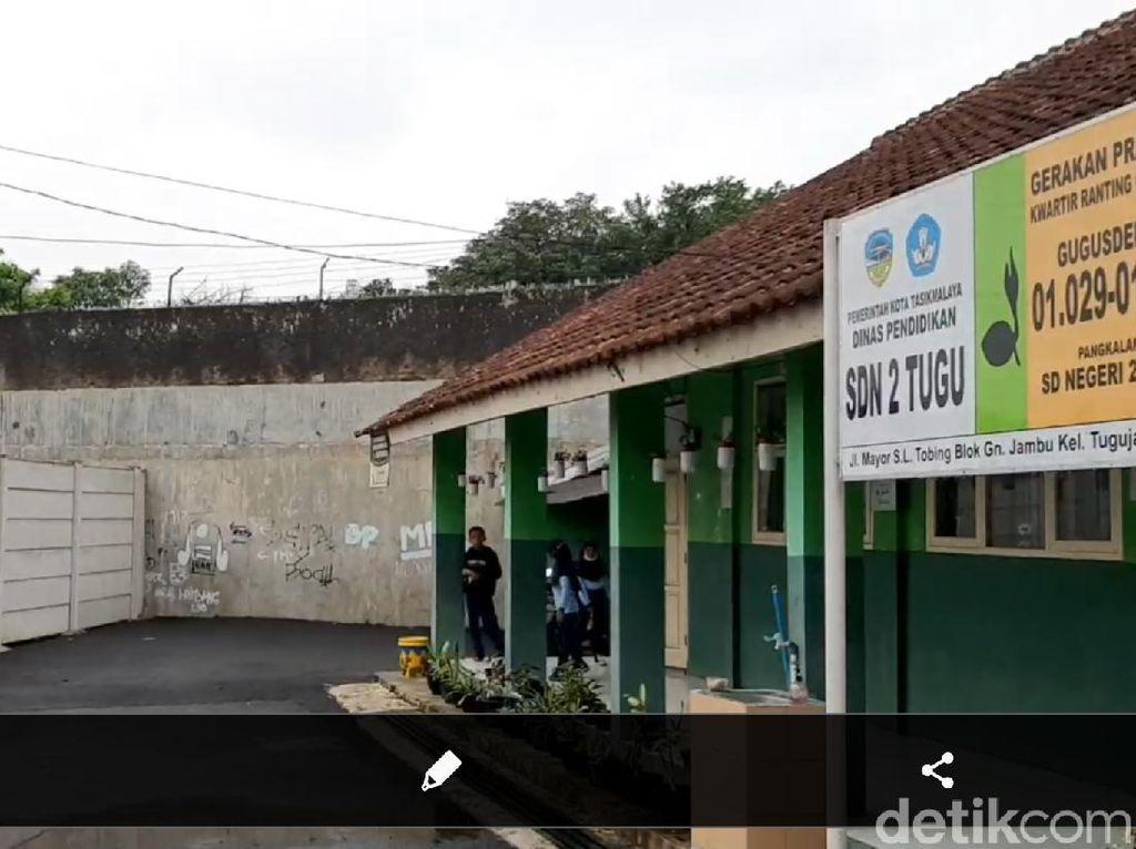 Wagub Uu Sidak SD di Tasik yang Terhalang Benteng, Warga Minta Mendobrak