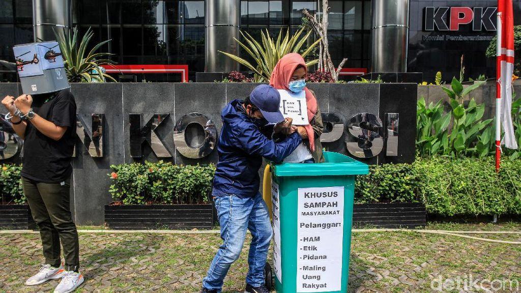 Aksi Nyeleneh di Depan KPK, Bawa Tong Sampah dan Borgol