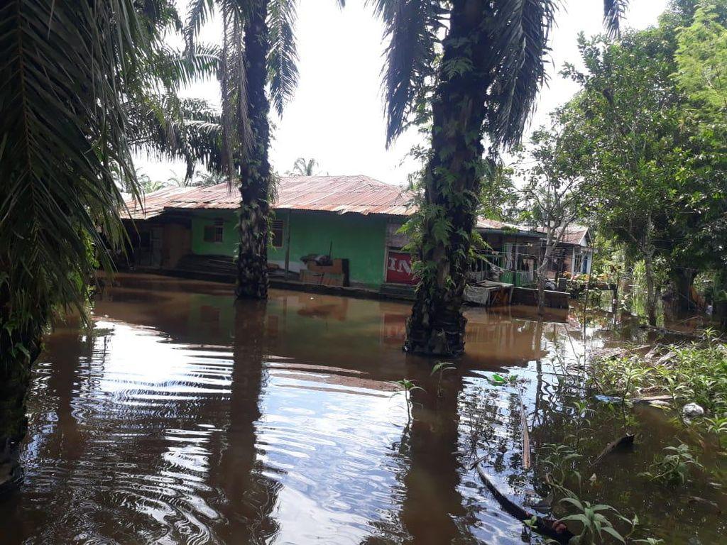 Tanggul Bocor, Ratusan Rumah Warga di Asahan Terendam Banjir
