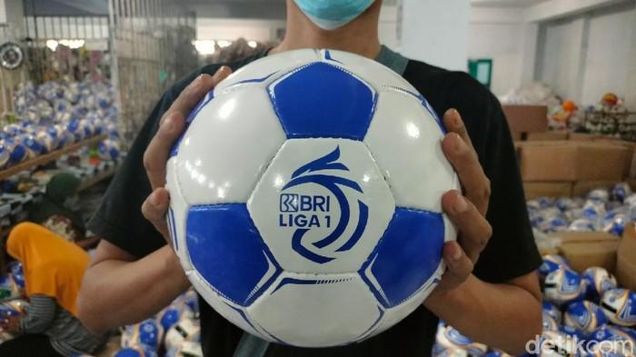 Bergulirnya Liga 1 tidak hanya disambut antusias para pecinta sepakbola tanah air, namun juga oleh para pekerja pabrik boladi Majalengka.