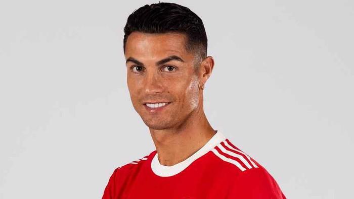Cristiano Ronaldo memamerkan seragam anyar Manchester United di Manchester, Selasa 31 Agustus 2021.