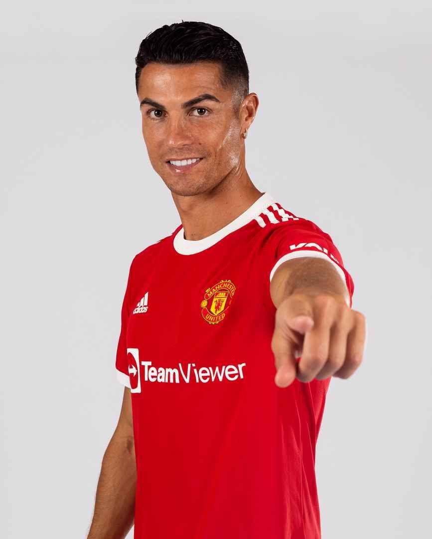 Cristiano Ronaldo mengenakan seragam anyar Manchester United di Manchester, Selasa 31 Agustus 2021.
