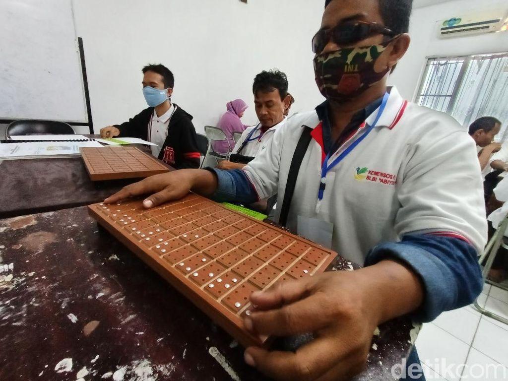 Antusiasme Tunanetra Karawang Belajar Membaca-Menulis Huruf Braille