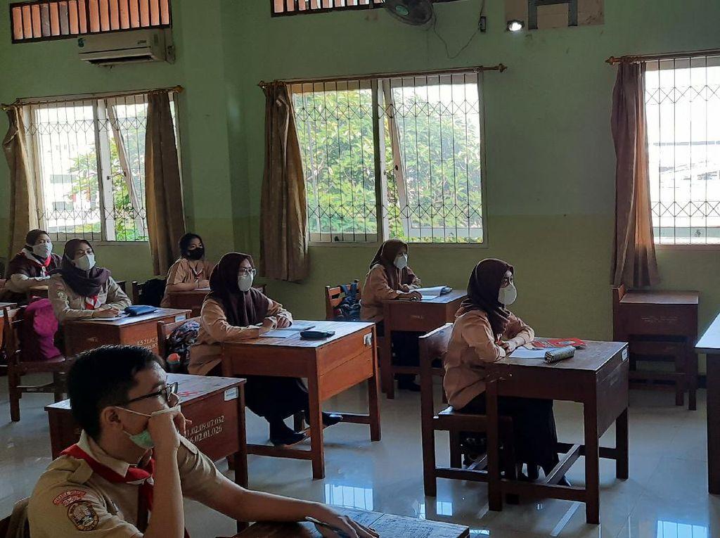 Pembelajaran Tatap Muka di SMKN 32 Jakarta, Siswa yang Masuk Bergantian