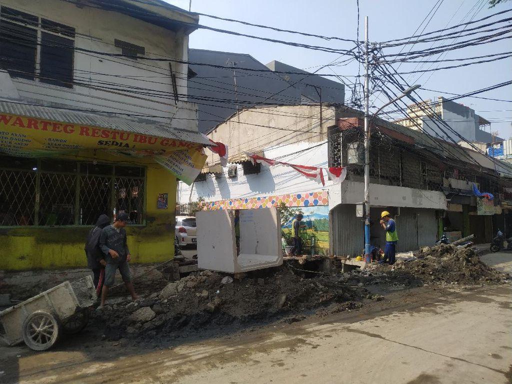 Petugas PAM Periksa Saluran di Jl Pademangan III yang 2 Pekan Gangguan