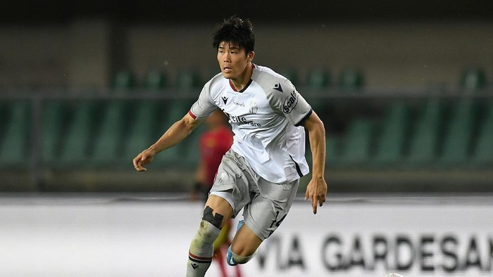 VERONA, ITALY - MAY 17:  Takehiro Tomiyasu of Bologna FC in action during the Serie A match between Hellas Verona FC  and Bologna FC at Stadio Marcantonio Bentegodi on May 17, 2021 in Verona, Italy. (Photo by Alessandro Sabattini/Getty Images)