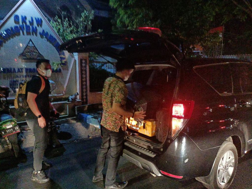 KPK Bawa 5 Koper Usai 9 Jam Geledah Rumah Bupati Probolinggo