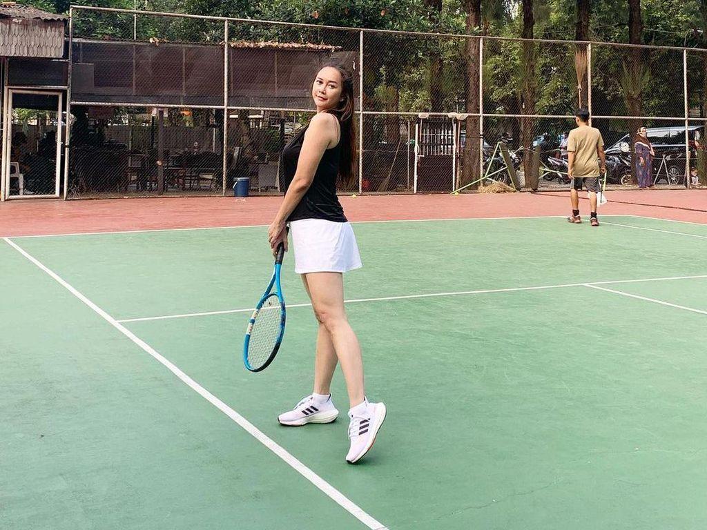 Potret Aura Kasih Main Tenis, Semangat Banget!