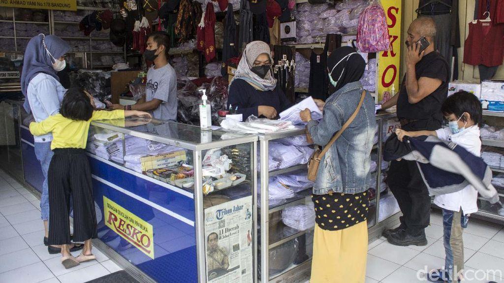 Berkah Wacana PTM, Toko Seragam di Bandung Mulai Ramai Pembeli