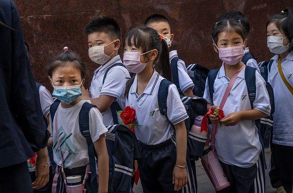 China mulai gelar sekolah tatap muka memasuki tahun ajaran baru. Kegiatan itu digelar usai kasus COVID-19 imbas varian Delta di China disebut sudah terkendali.