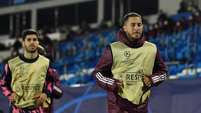 MADRID, SPAIN - APRIL 27 Eden Hazard of Real Madrid warms up during the UEFA Champions League Semi Final First Leg match between Real Madrid and Chelsea FC at Estadio Alfredo Di Stefano on April 27, 2021 in Madrid, Spain. Sporting stadiums around Spain remain under strict restrictions due to the Coronavirus Pandemic as Government social distancing laws prohibit fans inside venues resulting in games being played behind closed doors.  (Photo by David Ramos/Getty Images)