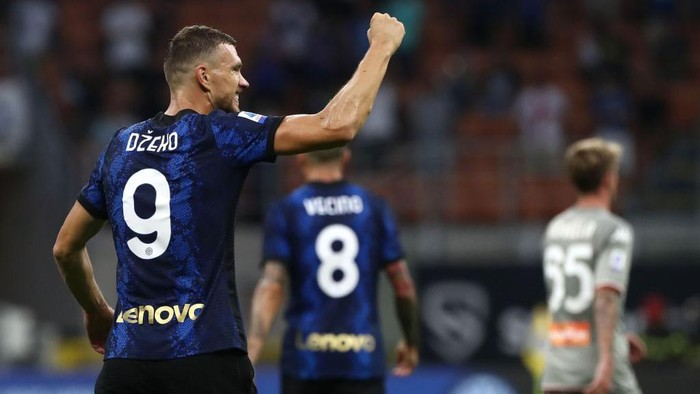 MILAN, ITALY - AUGUST 21: Edin Dzeko of FC Internazionale celebrates his goal during the Serie A match between FC Internazionale v Genoa CFC at Stadio Giuseppe Meazza on August 21, 2021 in Milan, Italy. (Photo by Marco Luzzani/Getty Images)