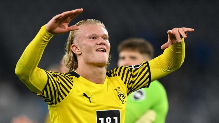 DORTMUND, GERMANY - AUGUST 27: Erling Haaland of Borussia Dortmund celebrates their sides victory after the Bundesliga match between Borussia Dortmund and TSG Hoffenheim at Signal Iduna Park on August 27, 2021 in Dortmund, Germany. (Photo by Lukas Schulze/Getty Images)