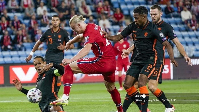 Norways Erling Braut Haaland (C) outwits Netherlands Virgil van Dijk (L) and Netherlands Jurrien Timber to score the 1-0 during the World Cup qualifier football match between Norway and the Netherlands at Ullevaal Stadium in Oslo on September 1, 2021. (Photo by Stian Lysberg Solum / NTB / AFP) / Norway OUT