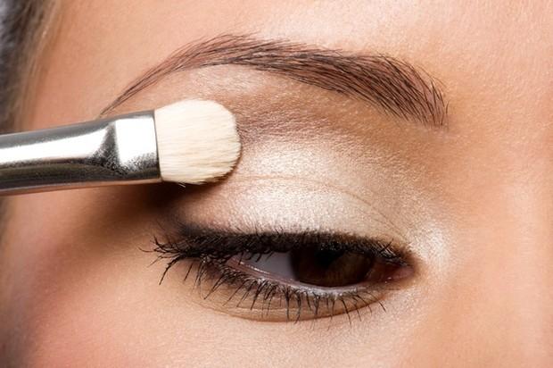 Gunakan Eyeshadow Warna Metalik