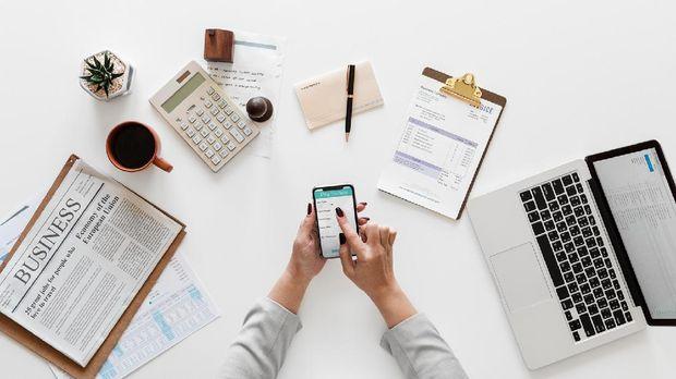 Tidak mencatat keuangan bisa menjadi salah satu kesalahan dalam mengatur uang gaji.