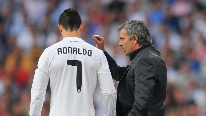 MADRID, SPAIN - APRIL 27:  Head coach Jose Mourinho (R) of Real Madrid instructs Cristiano Ronaldo during the UEFA Champions League Semi Final first leg match between Real Madrid and Barcelona at the Estadio Santiago Bernabeu on April 27, 2011 in Madrid, Spain.  (Photo by Jasper Juinen/Getty Images)