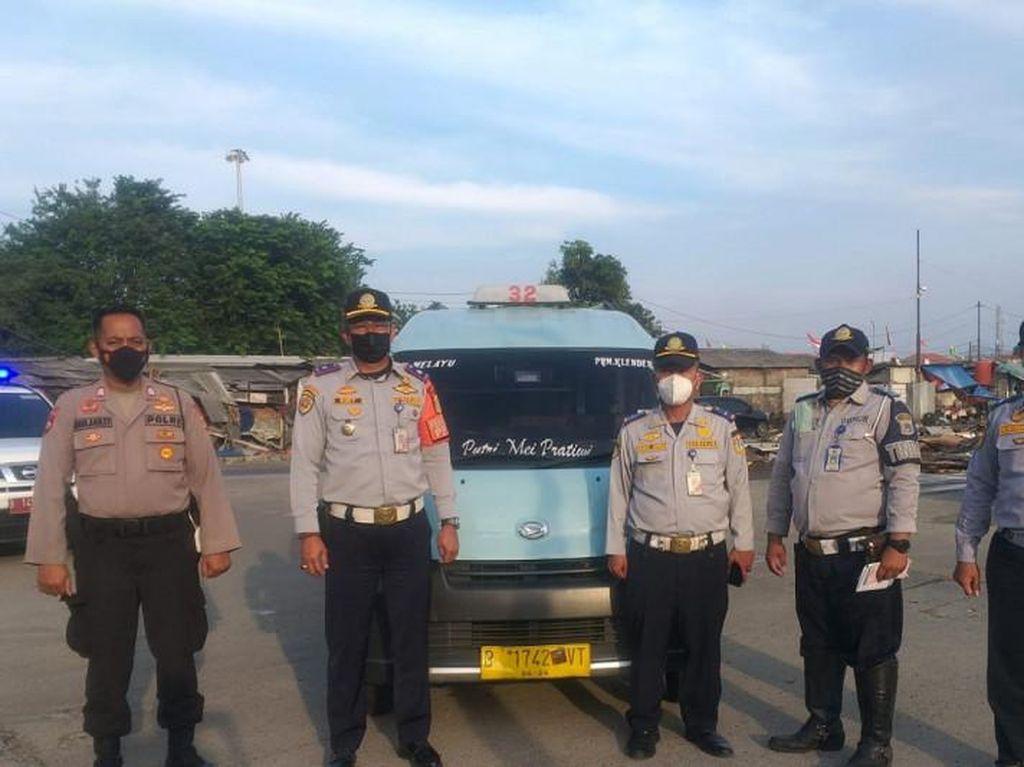 Paket Nekat Komplet: Angkot Terobos Busway, Halangi Ambulans, Sopir Tak Punya SIM