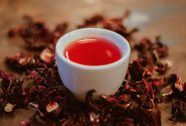 Teh rooibos memiliki tampilan warna merah dan rasa manis alami.
