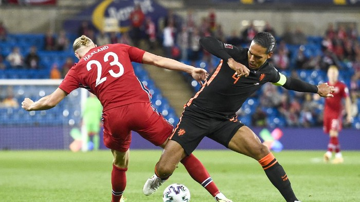 Norways Erling Braut Haaland, left, and Virgil van Dijk of the Netherlands battle for the ball during the World Cup 2022 qualifying soccer match between Norway and the Netherlands at Ullevaal Stadium, Oslo, Wednesday Sept. 1, 2021. (Fredrik Varfjell/NTB via AP)