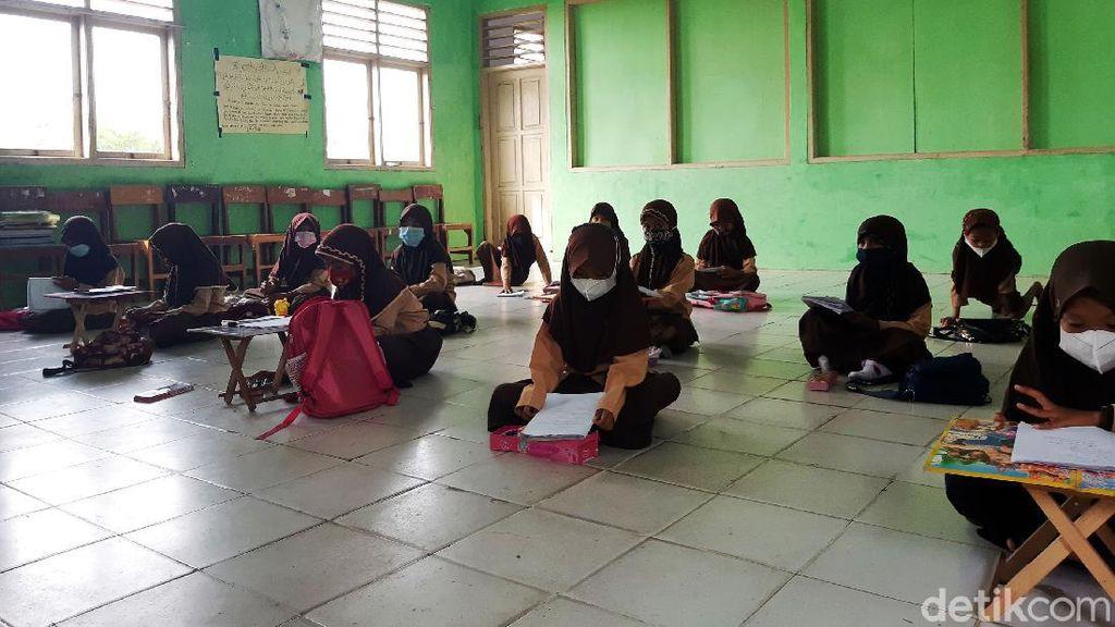 Kurang Meja dan Kursi, Siswa SD di Serang Ini Belajar di Lantai